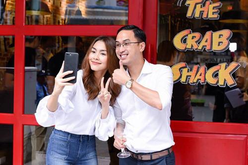 Ngắm phong cách thời trang 'ton-sur-ton' của vợ chồng Tăng Thanh Hà
