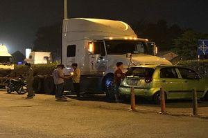 Ô tô va chạm container, 3 người ngồi trên xe kêu cứu trong đêm