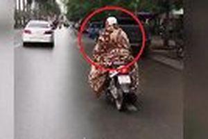 Nữ 'Ninja' quấn chăn kín mít để chống rét ở Hà Nội