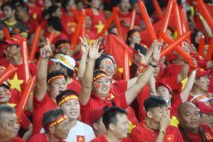 Mưa lớn, cổ động viên Việt Nam vẫn có mặt đông đủ tại 'chảo lửa' Bukit Jalil
