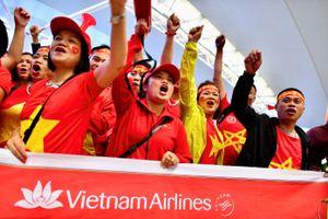 Cổ động viên Việt Nam 'nhuộm đỏ' sân bay, tiến thẳng Malaysia tiếp lửa đội nhà