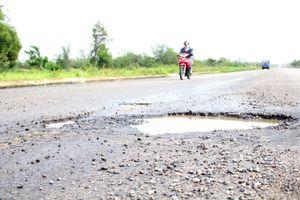 Sau trận mưa lịch sử, tuyến đường 1.440 tỉ xuất hiện hàng loạt ổ gà