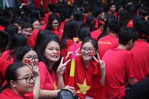 Sân trường ngập tràn áo đỏ cổ vũ đội tuyển Việt Nam
