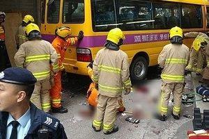Xe đưa đón học sinh trôi tự do đâm vào người đi bộ, 15 người thương vong