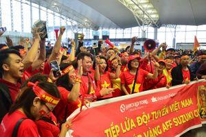 Cổ động viên Việt Nam nhuộm đỏ Sân bay Nội Bài, lên đường tiếp lửa cho đội tuyển Quốc gia
