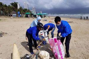 Tuổi trẻ Đà Nẵng làm sạch bãi biển sau mưa ngập lịch sử