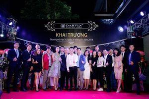 Ca sỹ Khắc Việt lịch lãm bên dàn siêu mẫu trong show khai trương thời trang Darvin