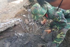 Công nhân đào móng nhà tá hỏa phát hiện đạn cối