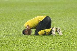 Bị Việt Nam cầm hòa, cầu thủ Malaysia đổ gục xuống sân