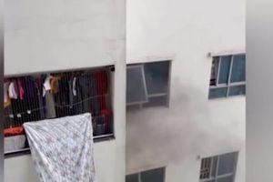 Clip: Do giận vợ mà người đàn ông tự thiêu trên tầng 31 chung cư Linh Đàm