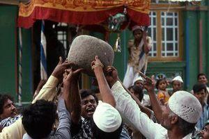 Thực hư 'hòn đá biết bay' nặng 90kg và 'câu thần chú' kỳ lạ