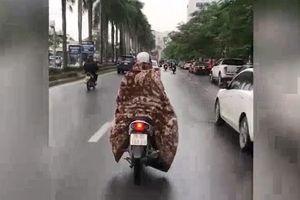 Nữ 'ninja' khoác chăn bông phóng xe trên đường gây xôn xao