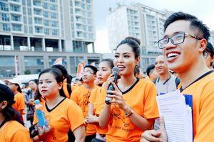 Hoa hậu Mai Phương Thúy và Dy Khả Hân đội mưa chạy bộ gây quỹ vì trẻ em