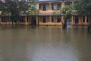 Mưa lũ gây ngập lụt ở Thừa Thiên-Huế, cuộc sống của người dân đảo lộn