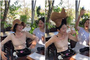 Nam Em hất tung mũ chị gái giữa quán cà phê