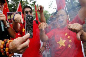 iPhone bị 'cấm cửa' tại Trung Quốc, chiến tranh thương mại 'nóng càng thêm nóng'