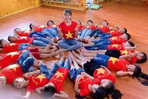 Huyện đảo Phú Quốc: Hàng trăm học sinh mầm non mang áo cờ đỏ sao vàng cổ vũ đội tuyển Việt Nam