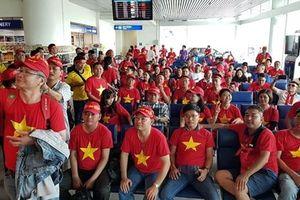 CĐV Việt Nam lên đường sang Malaysia 'tiếp lửa' cho đội tuyển nước nhà