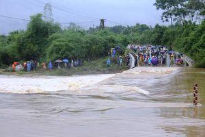 Mưa lũ ở miền Trung gây thiệt hại nặng nề, 9 người người chết và mất tích