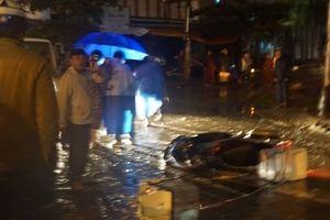 2 vợ chồng bị điện giật thương vong khi đi qua đoạn đường ngập