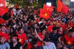 Nhiều con đường ở TP Hồ Chí Minh đỏ rực trước trận chung kết
