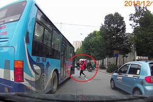 Clip: Xe buýt đi vào làn BRT, ngông nghênh dừng giữa đường đón khách