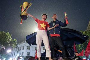 Nhìn những hình ảnh CĐV bất chấp mưa rét, đổ ra đường cổ vũ chắc chắn các cầu thủ Việt Nam sẽ càng 'sung' hơn trong trận chung kết lượt về AFF Cup
