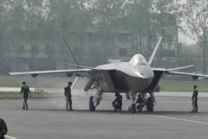 Mỹ loay hoay học khắc chế J-20