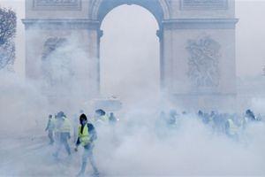 Tổng thống Pháp nhượng bộ, dân nghiêng về phe 'Áo vàng'