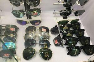 Hà Nội: Hàng loạt 'ông lớn' kinh doanh kính mắt bị 'sờ gáy' vì bán hàng giả thương hiệu