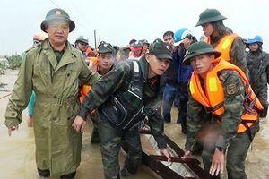 Bộ đội dầm mình trong mưa rét giúp người dân vùng lũ