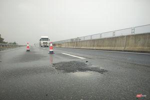 Sau mưa, cao tốc 34.500 tỷ lại xuất hiện 'ổ gà'