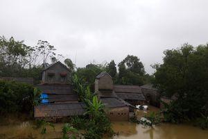 Nước lũ 'bủa vây' khu dân cư, chia cắt nhiều tuyến đường ở Huế