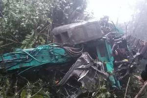 Sơn La: Xe tải chở theo máy xúc lao xuống vực sâu 100m, 4 người thương vong