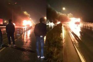 Xe khách bốc cháy dữ dội trong đêm trên cầu Thanh Trì, tài xế hốt hoảng tháo chạy ra ngoài