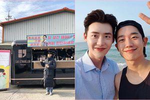 Lee Jong Suk gửi xe cà phê ủng hộ phim mới của Jung Hae In và Kim Go Eun