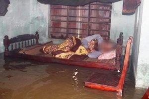 Thương tâm cảnh cụ bà 80 tuổi bị liệt chân, cố bò khỏi giường và bị tử vong trong trận lụt lịch sử ở Quảng Nam