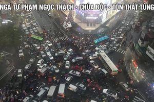 Hàng nghìn người dân Thủ đô bất lực chôn chân dưới mưa rét 9 độ C, không về nổi nhà vì tắc đường