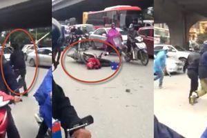 Clip: Tài xế Go-Viet bị nam thanh niên đi đường đánh trọng thương