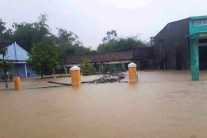 Hàng trăm nhà dân ở Quảng Nam vẫn bị cô lập giữa biển nước