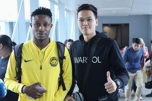 Tuyển thủ Malaysia chụp ảnh với 'Chim Sẻ Đi Nắng' ở sân bay