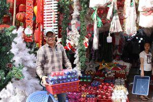 Sắp Giáng sinh, người Sài Gòn tấp nập đi mua đồ trang trí nhà cửa