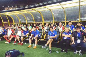Sân Mỹ Đình thiếu cỏ cho cầu thủ dự bị Việt Nam khởi động trong trận
