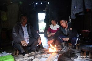 Nhiệt độ xuống thấp, người dân vùng cao Nghệ An co ro chống rét