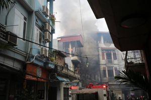 Ba nhà dân và quán karaoke bị cháy lan trong ngõ nhỏ ở Hà Nội