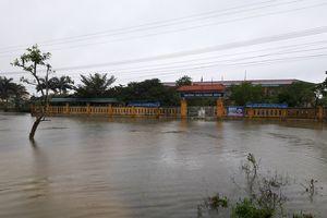 Một số trường học ở Huế vẫn đang bị nước lũ 'bủa vây'