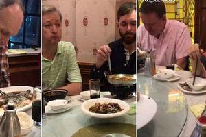 Khách Tây đi ăn đồ Trung Quốc nhưng lại chia mỗi người một món khiến dân mạng cười té ghế