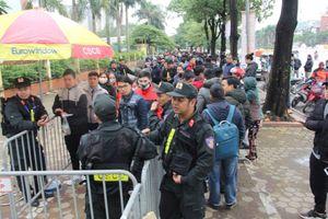 Người dân xếp hàng giữa trời đông buốt giá đợi nhận vé xem trận chung kết Việt Nam vs Malaysia