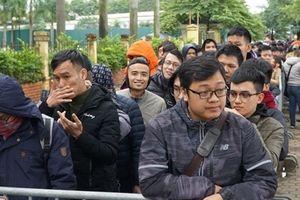 Người hâm mộ chờ đợi hàng giờ trong gió rét nhận vé mua online ở trụ sở VFF
