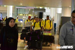 Cầu thủ Malaysia tới Việt Nam phong phanh áo cộc